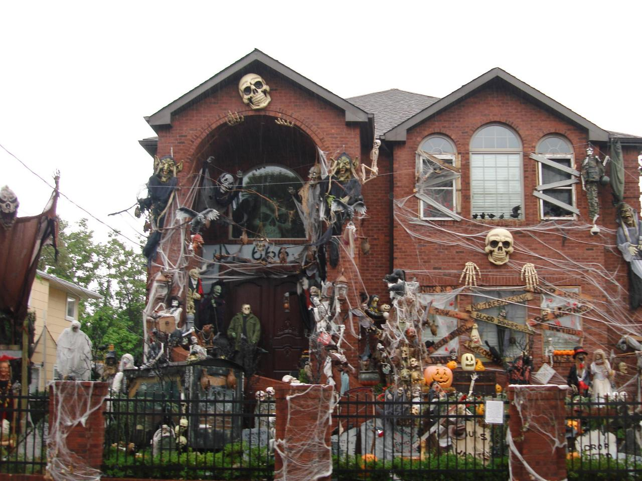 8 homeowners who took halloween decorations to the next level nlc loans. Black Bedroom Furniture Sets. Home Design Ideas
